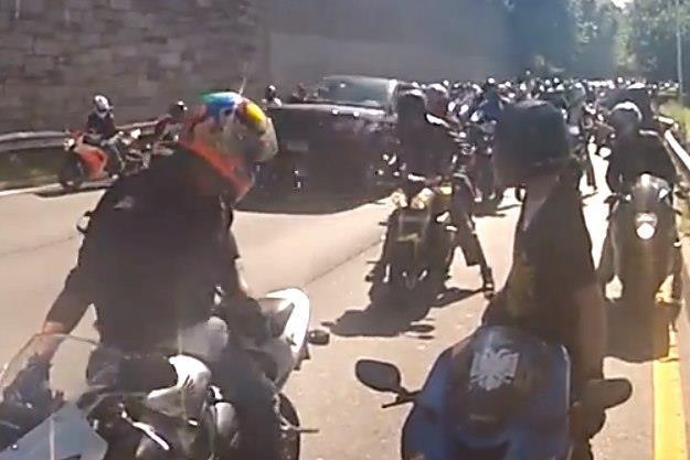 Range Rover ucieka potrącając jednego z motocyklistów /