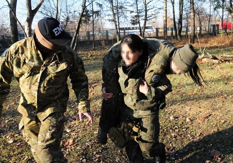 Rannego trzeba wynieść, a instruktor nie ułatwia sprawy... /Wojskowy Instytut Medyczny /materiały prasowe