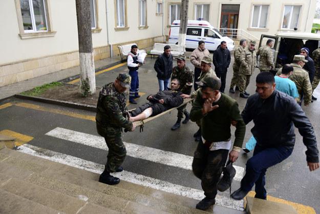 Ranny azerski żołnierz w drodze do szpitala /AFP