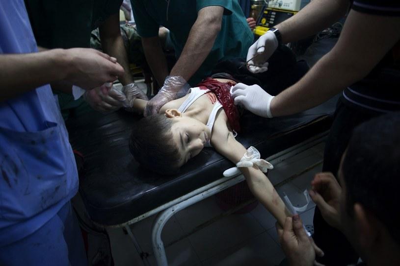 Ranny chłopiec otrzymuje pomoc medyczną w Aleppo /AFP