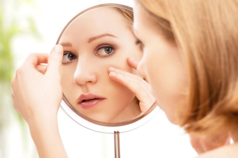 Rano i wieczorem używaj kremu pod oczy /123RF/PICSEL