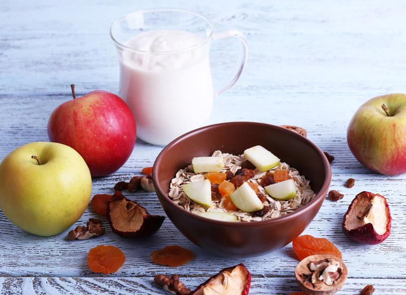 Rano należy jeść węglowodany, czyli dobrej jakości i różnego rodzaju płatki, chleb oraz kasze. /Picsel /123RF/PICSEL