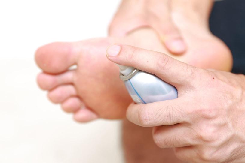 Rano po umyciu stóp spryskaj je bezzapachowym dezodorantem /123RF/PICSEL