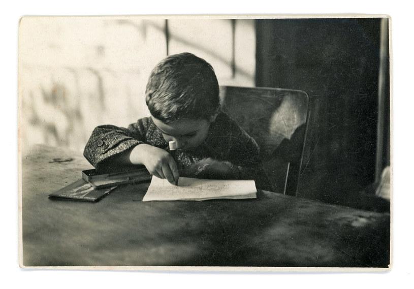 """""""Rano przyszedł do nas Marek na werandę i zaczął próbować moje kolorowe ołówki"""". Fotografia z października 1932 roku /archiwum rodzinne autorki /"""