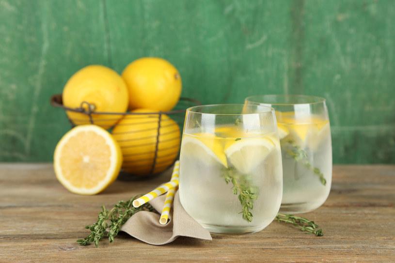 Rano warto wypić wodę z sokiem z cytryny /123/RF PICSEL