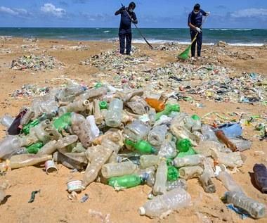 Raport: Globalne koncerny utrudniają walkę z plastikiem