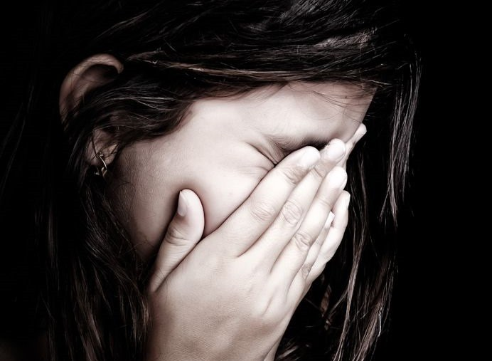 Raport NIK dotyczy między innymi przemocy w rodzinie /123RF/PICSEL