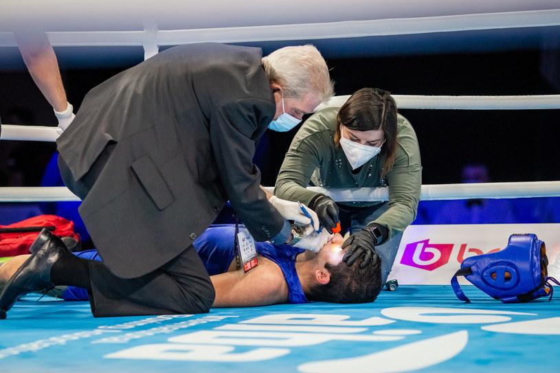 Rashed Al Swaisat leży na ringu, obok niego pomoc medyczna /Paweł Janczyk /Newspix