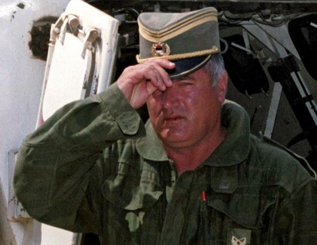"""Ratko Mladić otrzymał wyrok dożywocia. """"Mladić nie wyjdzie żywy z więzienia i to bardzo dobrze - pisze Peter Muench w """"Sueddeutsche Zeitung"""" /STRINGER /PAP/EPA"""