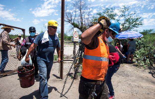 Ratownicy i koledzy uwięzionych górników /MIGUEL SIERRA /PAP/EPA