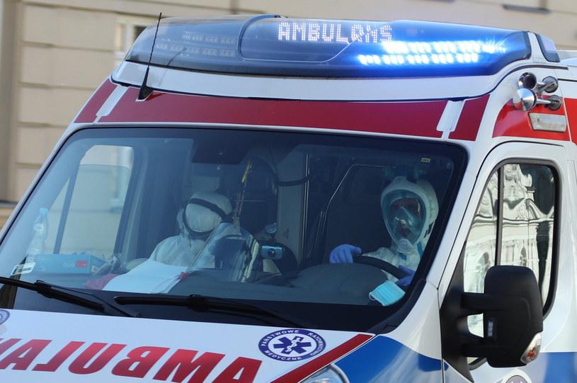 Ratownicy medyczni i kierowca karetki mówią nam, co zmieniło się w ich pracy w pogotowiu /Piotr Molecki /East News
