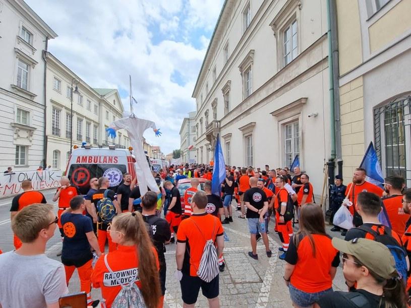 Ratownicy medyczni są przemęczeni. Na zdjęciu protest tej grupy zawodowej w Warszawie /Archiwum prywatne /INTERIA.PL