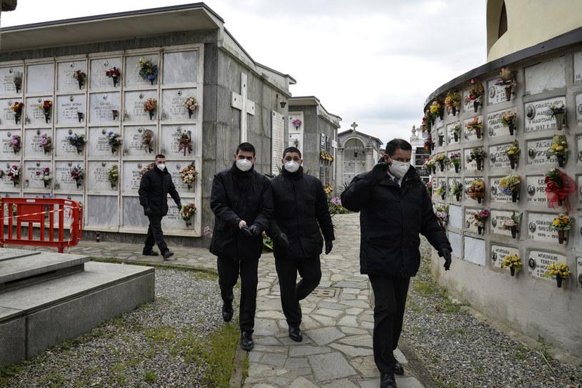 Ratownicy medyczni wchodzą na cmentarz w Turynie /Getty Images