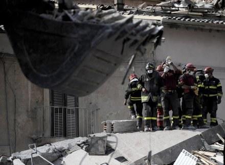 Ratownicy na gruzach /AFP