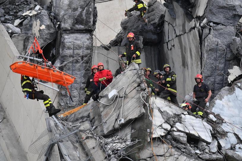 Ratownicy na miejscu katastrofy w Genui /LUCA ZENNARO /PAP/EPA