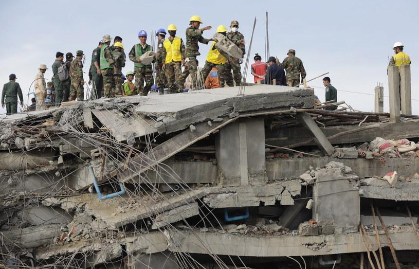 Ratownicy na miejscu katastrofy /PAP/EPA