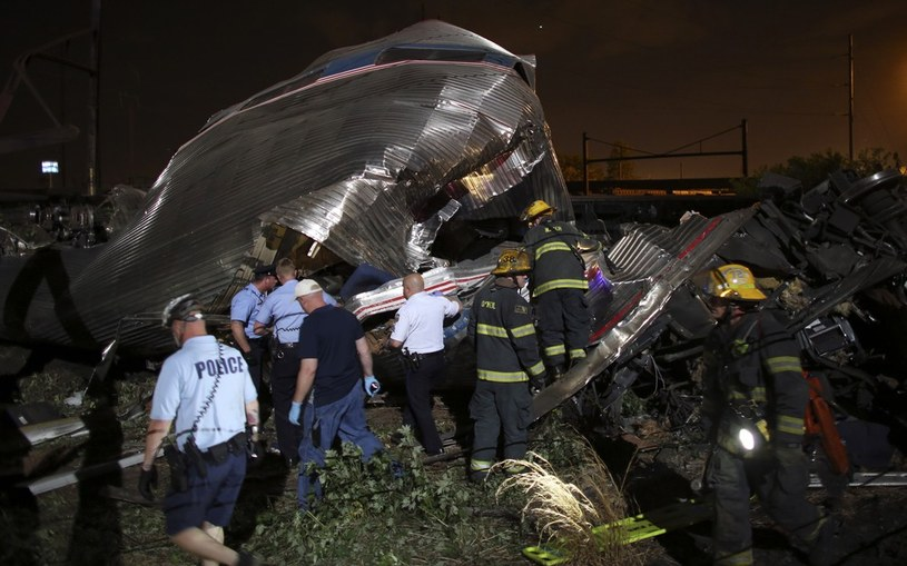 Ratownicy na miejscu wypadku /AP  FOTOLINK /East News