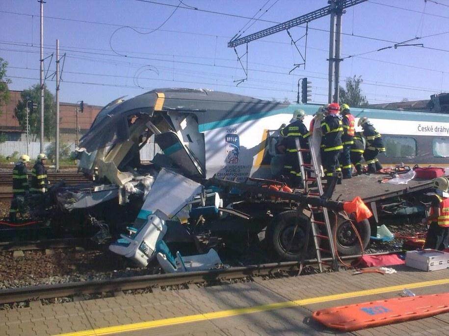 Ratownicy na miejscu zderzenia Pendolino i polskiej ciężarówki /RAIL SAFETY INSPECTION/HANDOUT /PAP/EPA