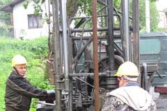 Ratownicy odwadniają teren na osuwiskach w Lanckoronie