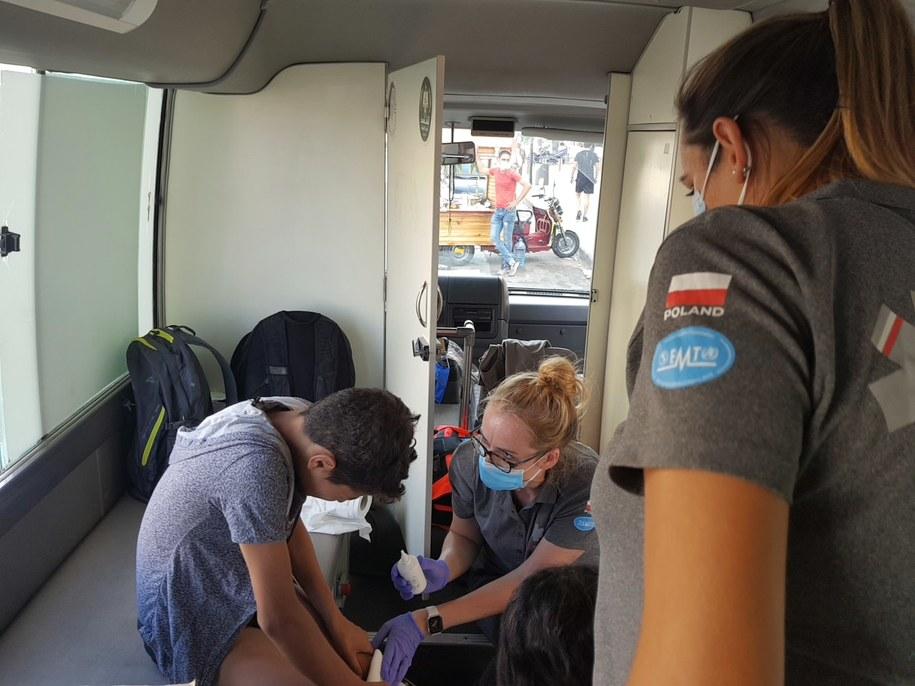 Ratownicy PCPM przyjmują rannych w mobilnej klinice /PCPM /