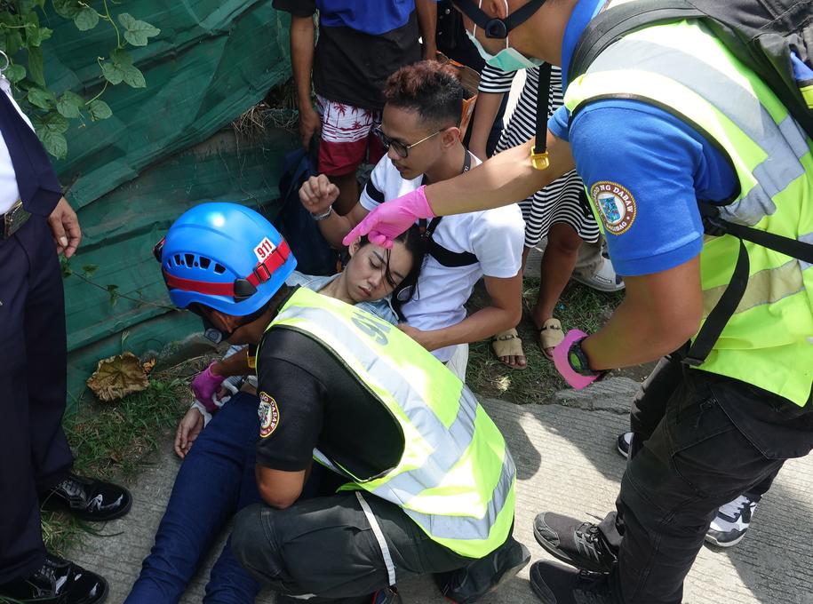 Ratownicy pomagają jednej z rannych osób /CERILO EBRANO  /PAP/EPA