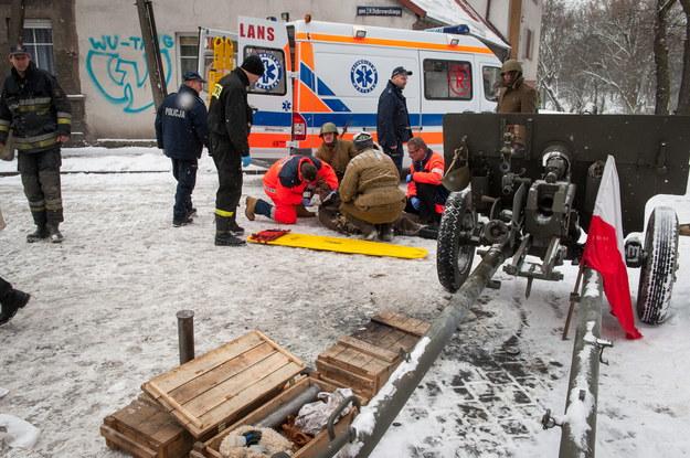 Ratownicy pomagają jednemu z rannych /Tytus Żmijewski /PAP
