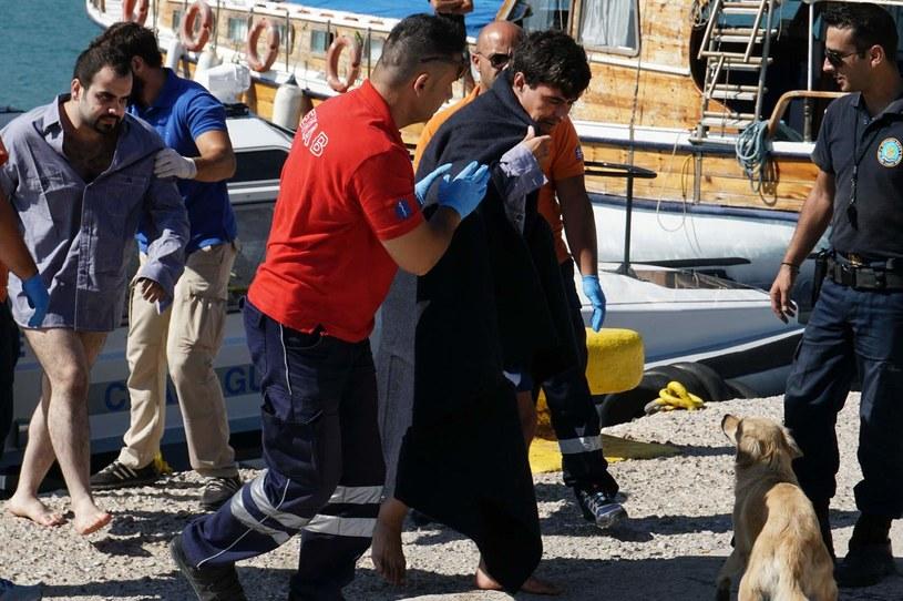 Ratownicy pomagają uchodźcom, którzy dotarli do Lesbos /AFP