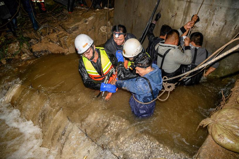 Ratownicy pompujący wodę z zalanych obszarów /STR / AFP /East News