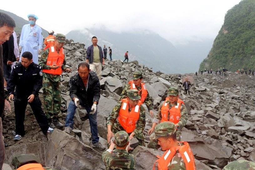 Ratownicy pracujący na miejscu osuwiska. /STRINGER CHINA OUT /PAP/EPA