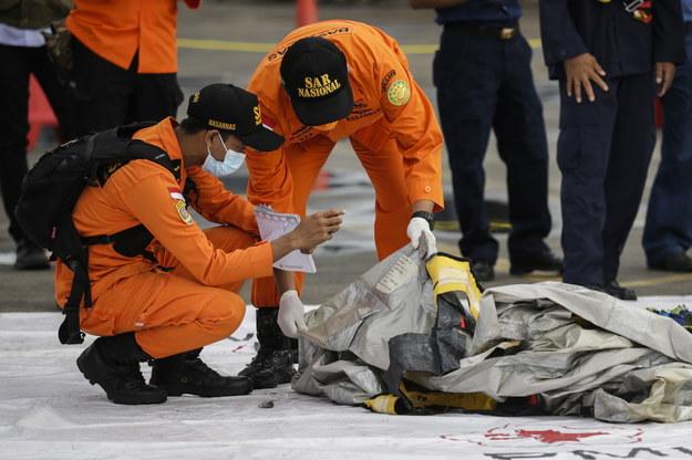 Ratownicy pracujący w okolicach, gdzie prawdopodobnie rozbił się Boeing 737 /Mast Irham /PAP/EPA