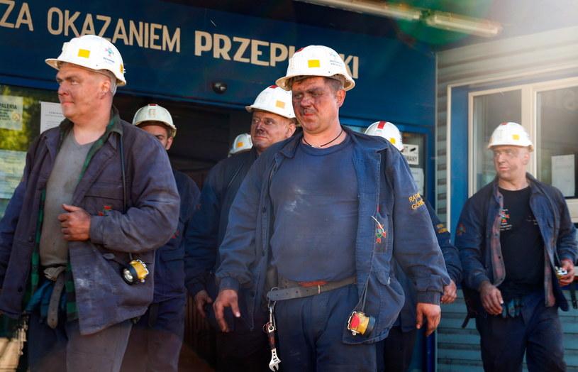 Ratownicy przed kopalnią Borynia-Zofiówka-Jastrzębie / Andrzej Grygiel /PAP
