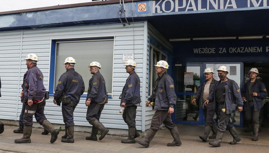 Ratownicy przed kopalnią Zofiówka /Dominik Gajda /PAP