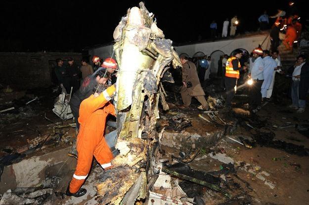 Ratownicy przeszukują szczątki samolotu /AFP