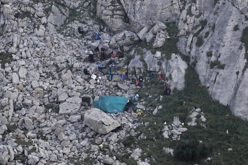 Ratownicy przy wejściu do jaskini Wielkiej Śnieżnej / Grzegorz Momot    /PAP