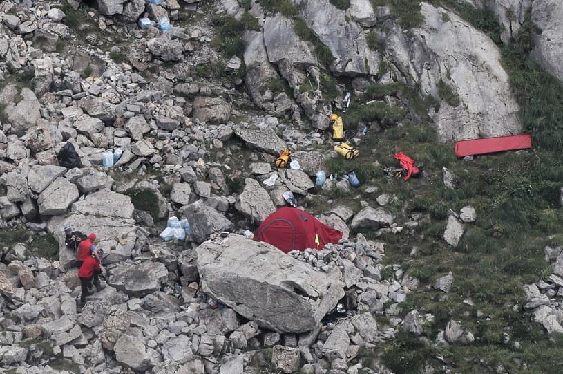 Ratownicy TOPR przed Jaskinią Wielką Śnieżną w Tatrach / Grzegorz Momot    /PAP