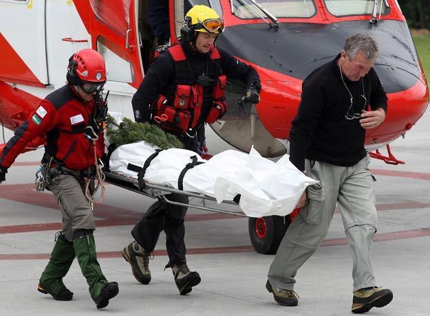 Ratownicy TOPR transportują ciało turystki, która zginęła w Tatrach/fot. Grzegorz Momot /PAP