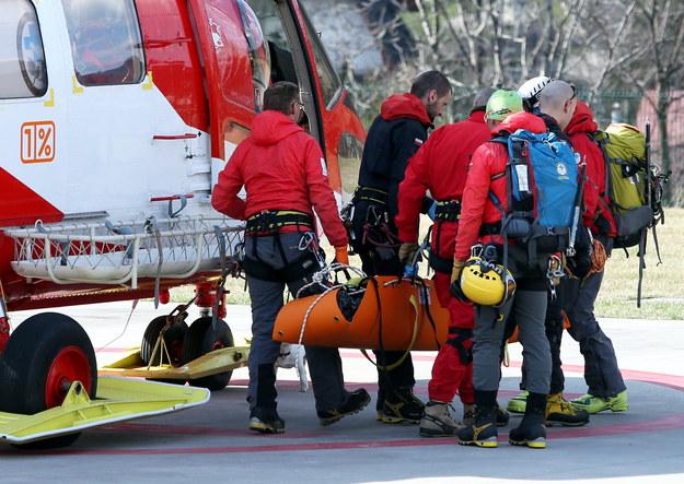 Ratownicy TOPR transportują ciało turystki /Grzegorz Momot /PAP/EPA
