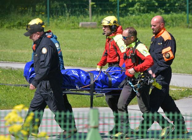 Ratownicy TOPR transportują ciało turysty /Grzegorz Momot /RMF FM
