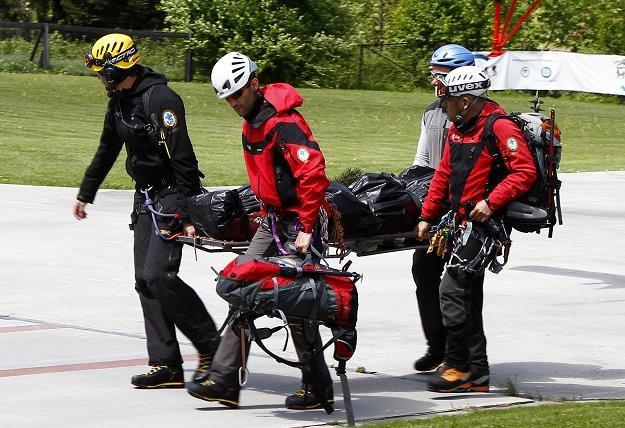Ratownicy TOPR transportują ciało zaginionej turystki /fot. Grzegorz Momot /PAP