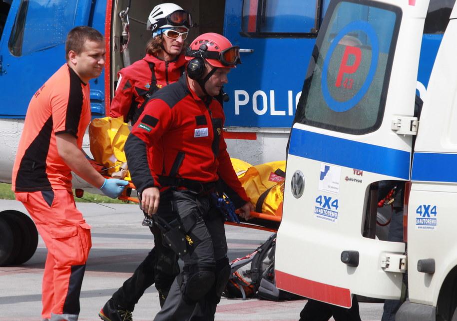 Ratownicy TOPR transportują ranną turystkę do Zakopanego /Grzegorz Momot /PAP