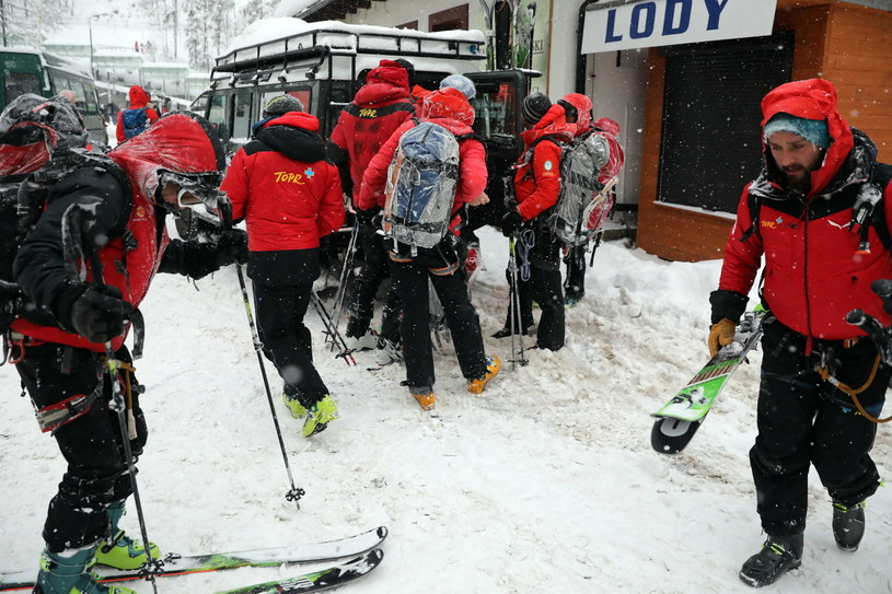Ratownicy TOPR w Kuźnicach transportują turystów, którzy byli od piątku poszukiwani w rejonie Kondrackich Czub /Grzegorz Mamot /PAP