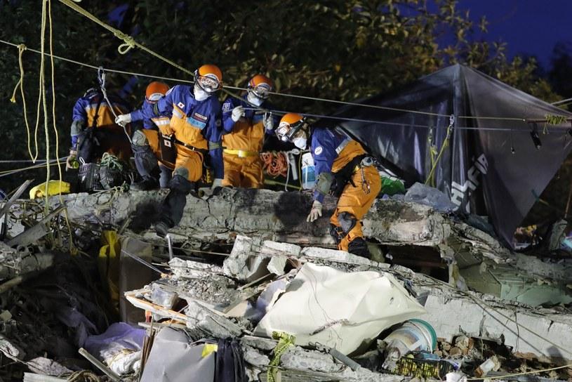 Ratownicy w stolicy Meksyku /PAP/EPA