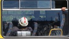 Ratownicy w Zofiówce wciąż wypompowują wodę z zalewiska, penetrują skrzyżowanie