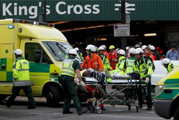Ratownicy wiozą do karetki pogotowia jedną z ofiar wybuchu w tunelu w pobliżu stacji metra King Cross w Londyni /Handout /PAP/EPA