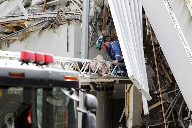 Ratownicy wydobyli kobietę ze zniszczonego biurowca /PAP/EPA