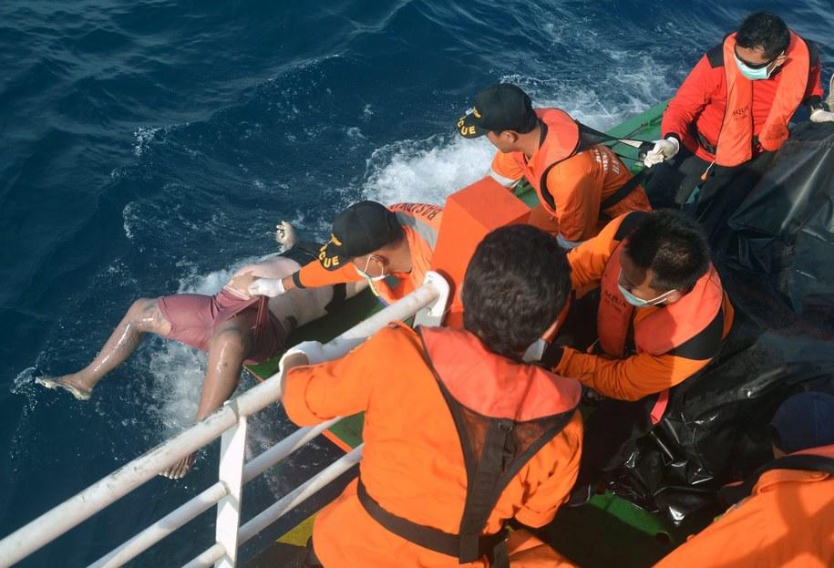 Ratownicy wyławiają jedną z ofiar /PAP/EPA/BADRUS YUDOSUSENO /PAP/EPA