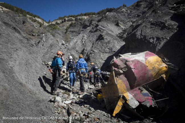 Ratownicy zbierający szczątki airbusa na miejscu katastrofy /YVES MALENFER/DICOM/MINISTERE INTERIEUR/HO /PAP/EPA