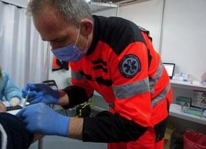 """Ratownik medyczny kwalifikuje i szczepi przeciw COVID-19. """"Chcę dać pacjentom poczucie bezpieczeństwa"""""""