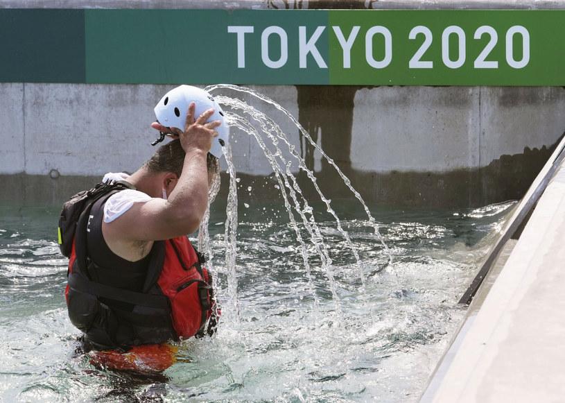 Ratownik wylewający sobie wodą na głowę podczas treningu olimpijskiego. /KYDPL KYODO/Associated Press/East News /East News