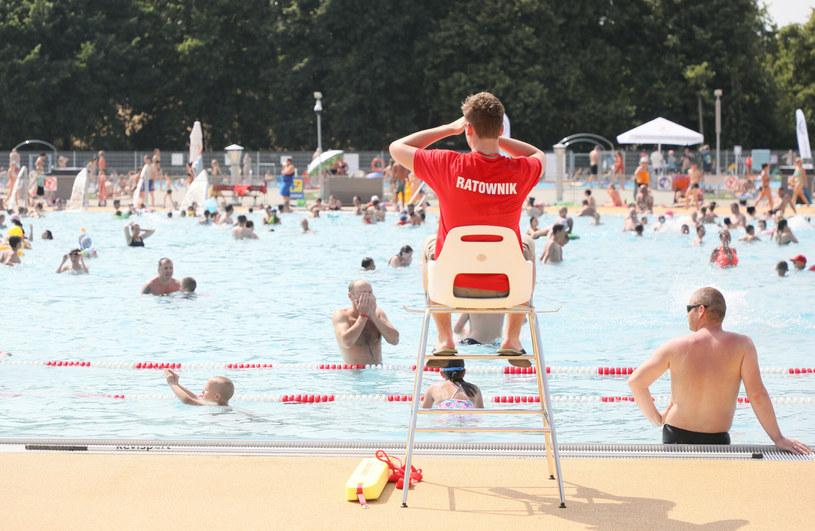 Ratownika na basenie może liczyć na zarobki w wysokosci 18-20 zł za godzinę pracy /Agencja SE/East News
